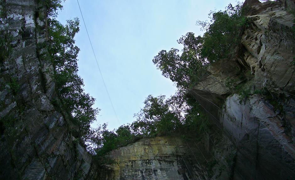 採石所を見上げた風景